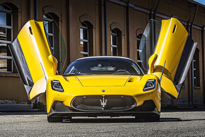 Maserati MC20 amarela vista de frente com portas abertas para o alto