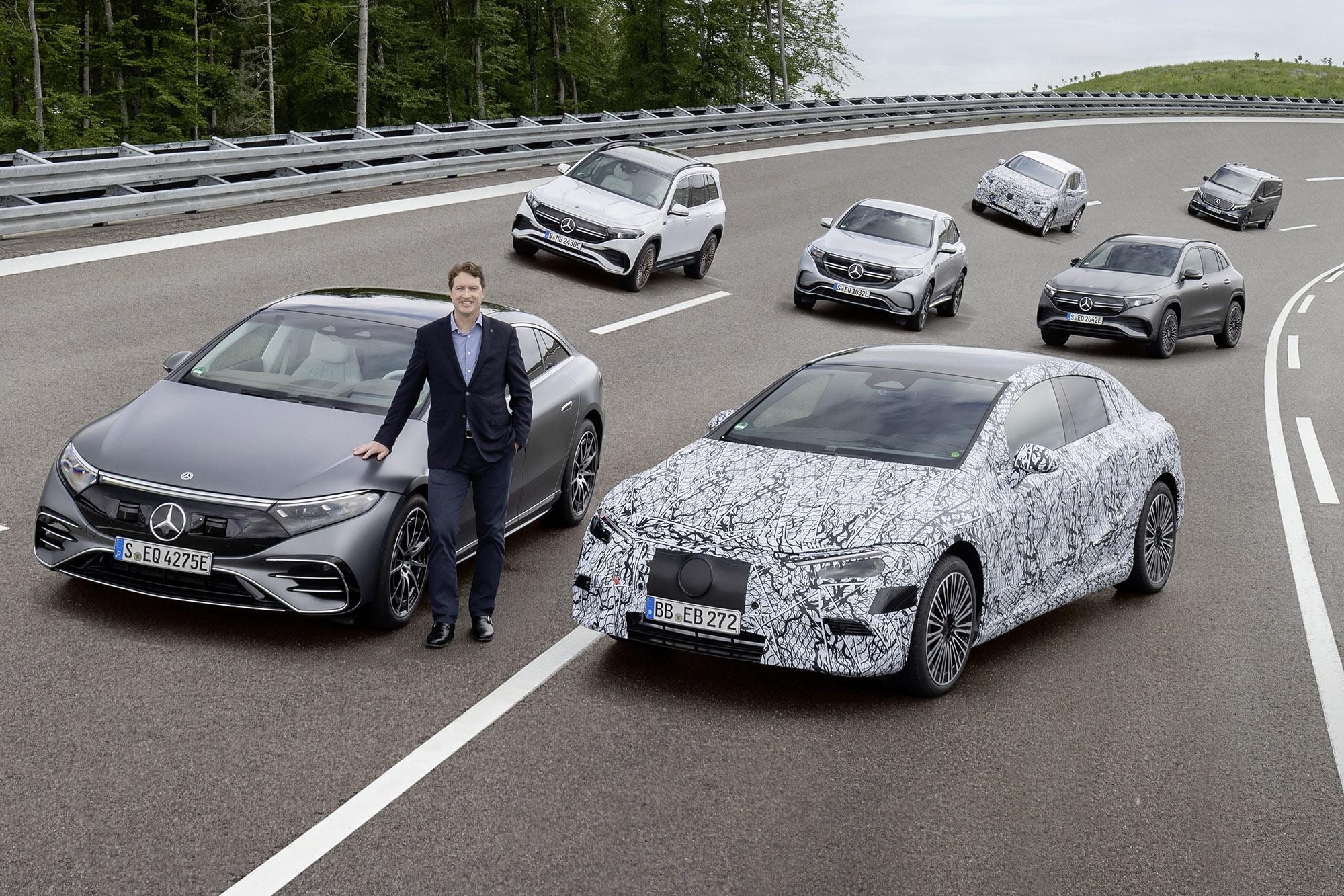 CEO da Mercedes, Ola Källenius, ao lado da família elétrica da marca com 7 modelos