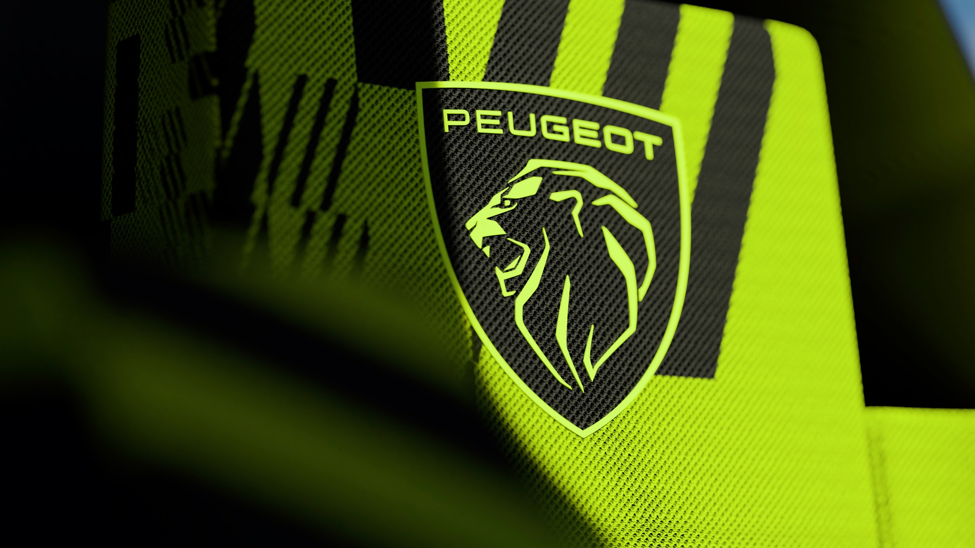 Detalhe do logotipo do Peugeot 9X8 cinza e verde