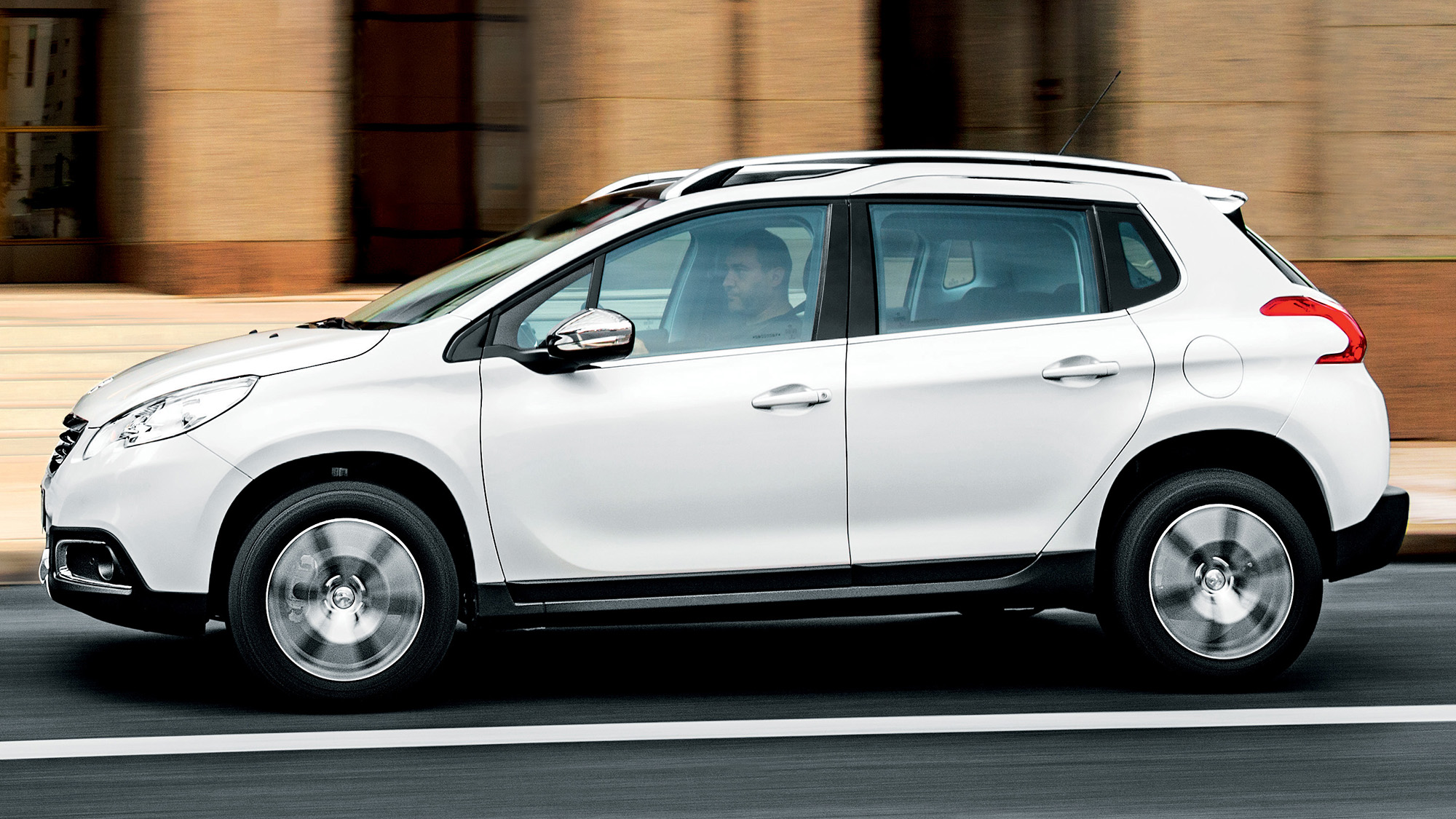 Peugeot 2008 branco visto de lado