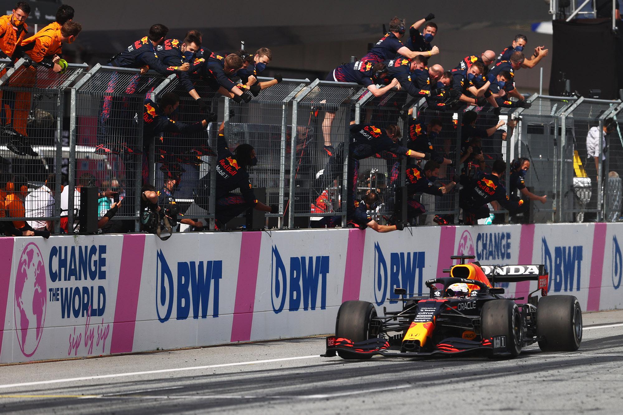 Max Verstappen cruzando a linha de chegada na Áustria