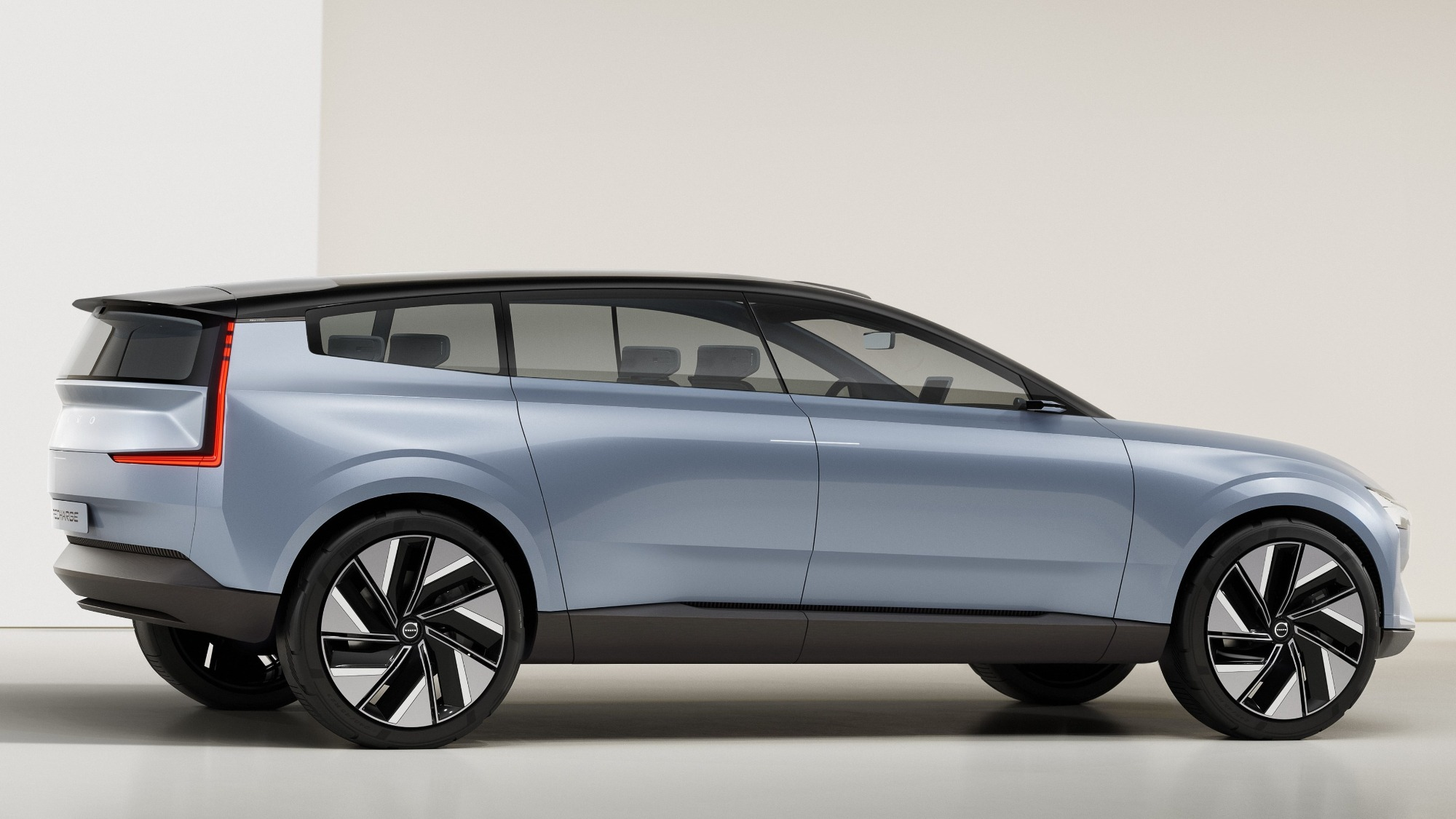 Conceito do Volvo Recharge azul claro visto de lado