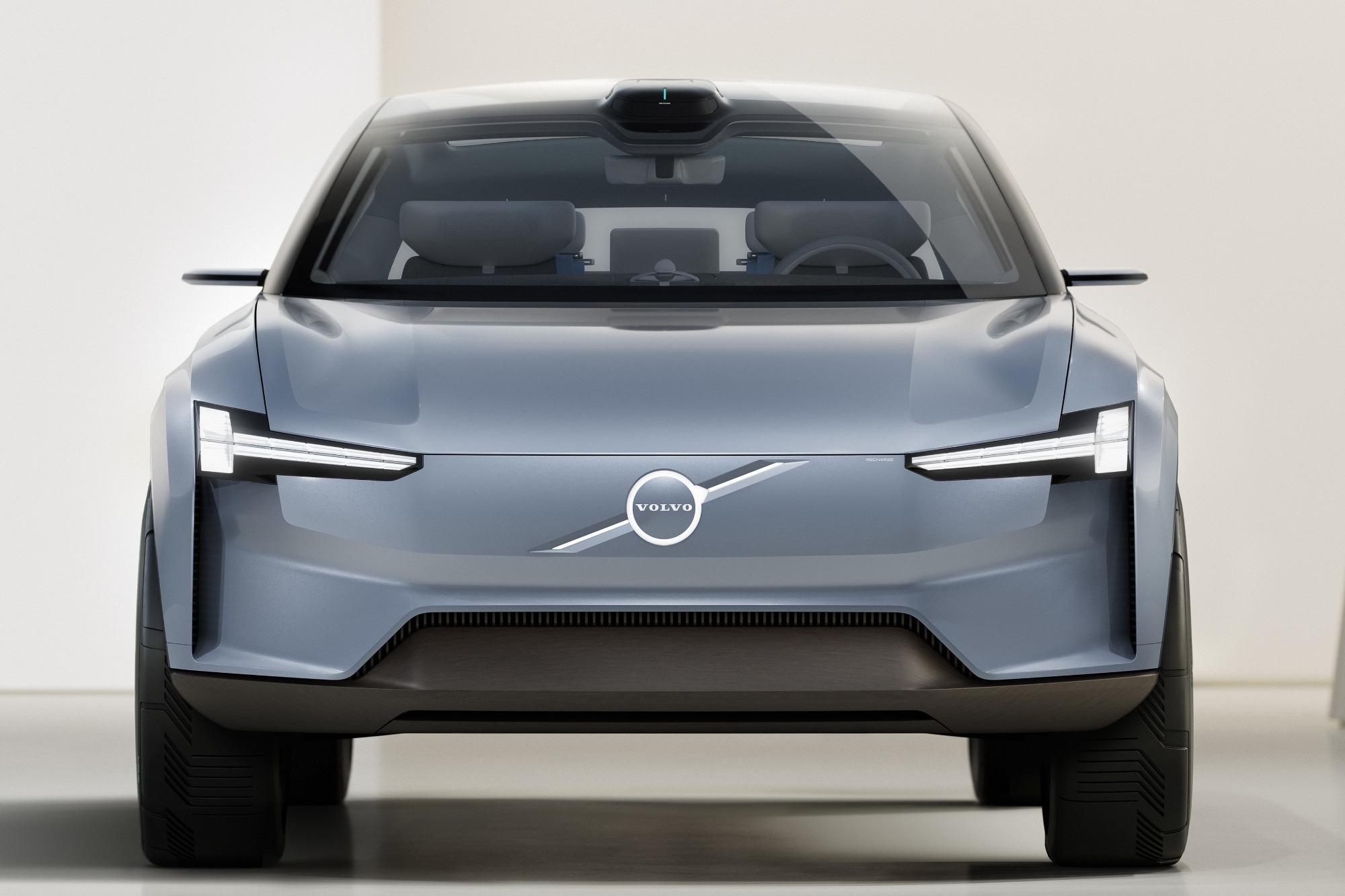 Conceito do Volvo Recharge azul claro visto de frente