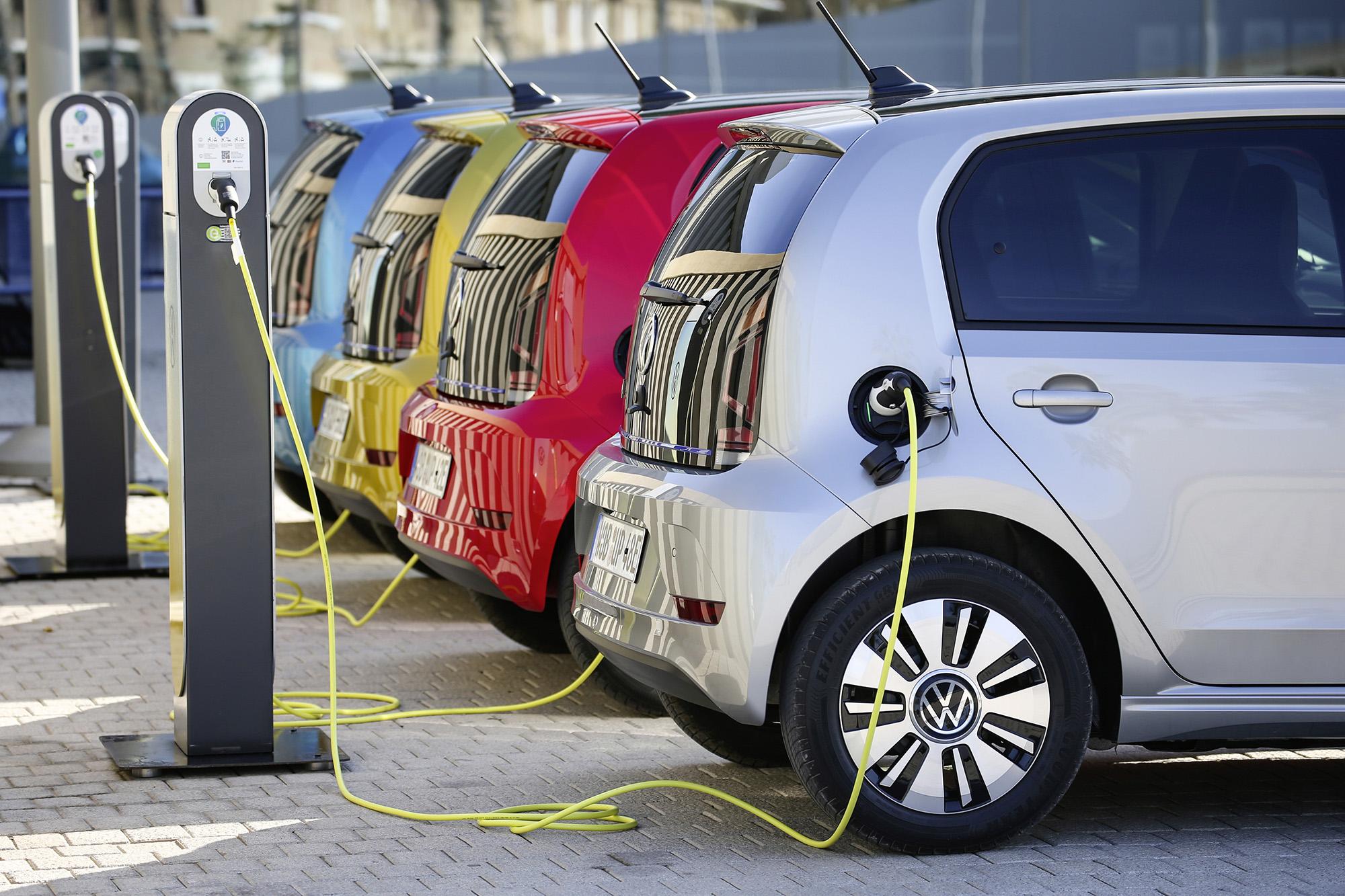 Unidades do VW e-Up! vistas de lado abastecendo
