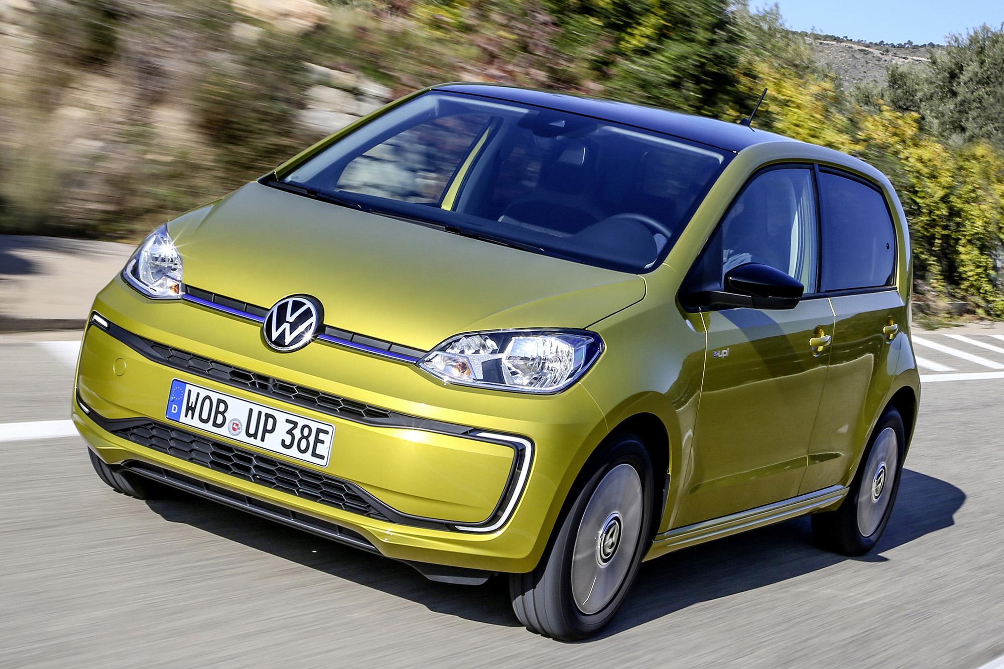 VW e-Up! amarelo visto de frente