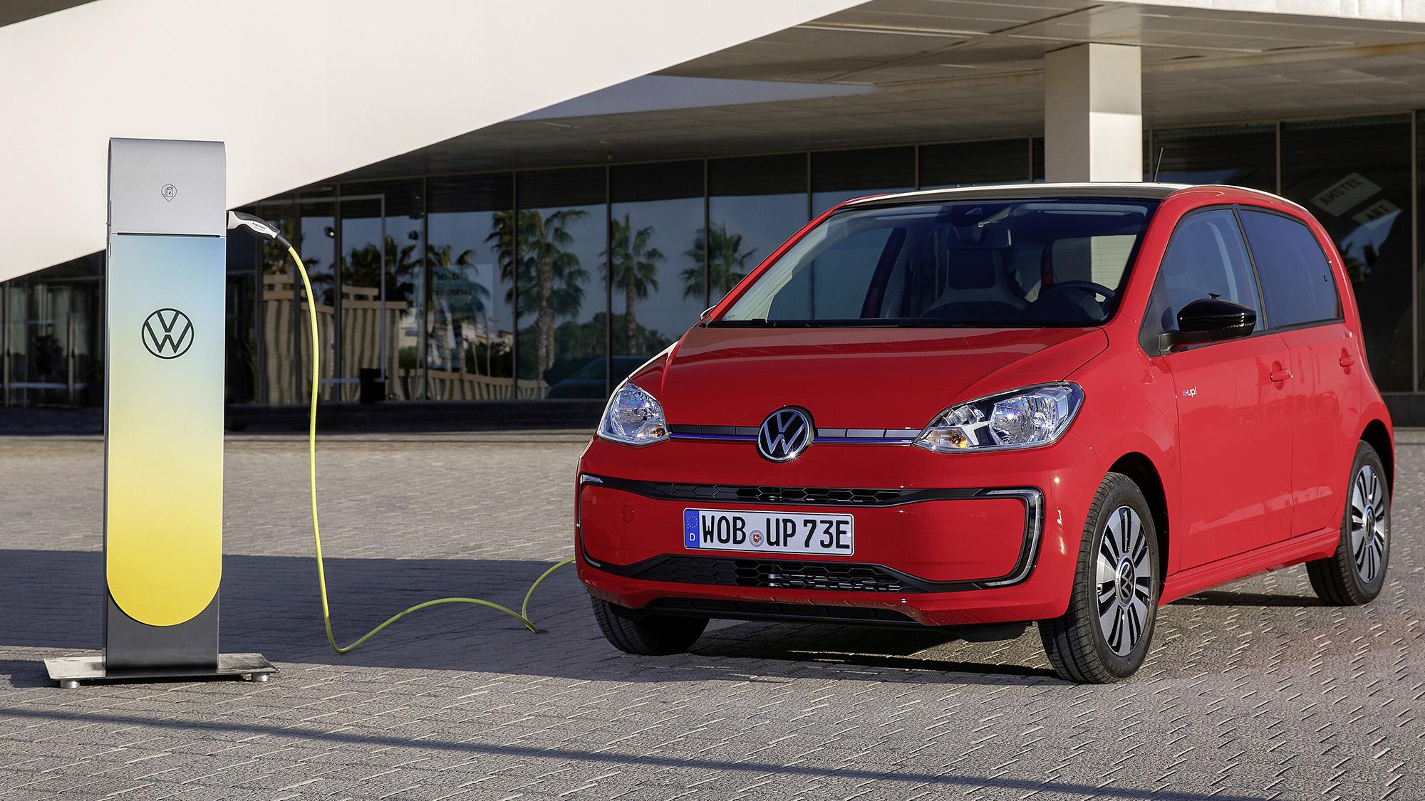 VW e-Up! elétrico vermelho com posto de carregamento