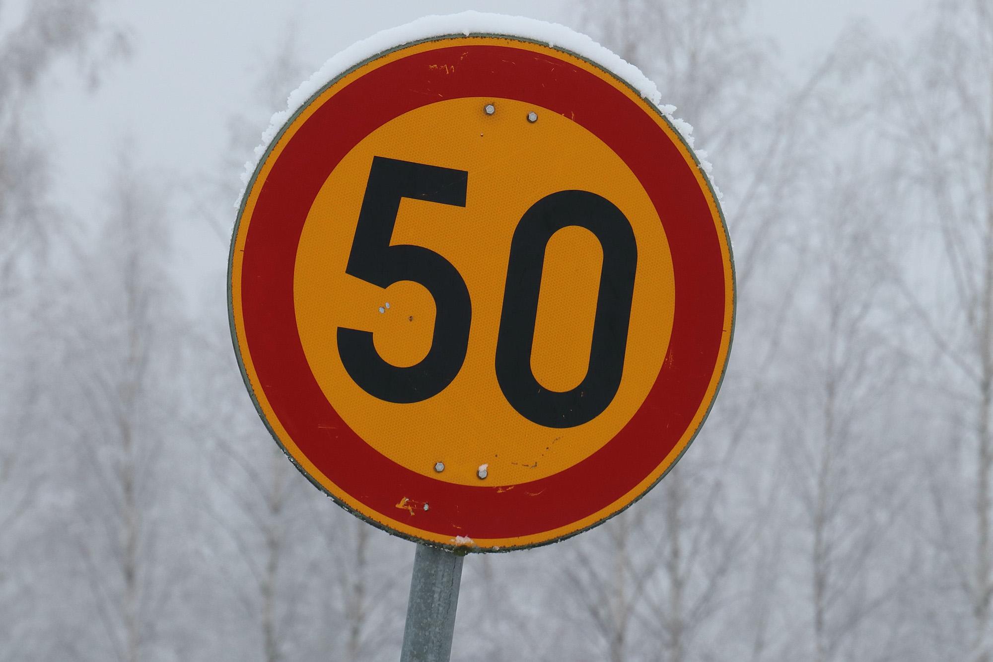 Placa amarela de 50 milhas por hora