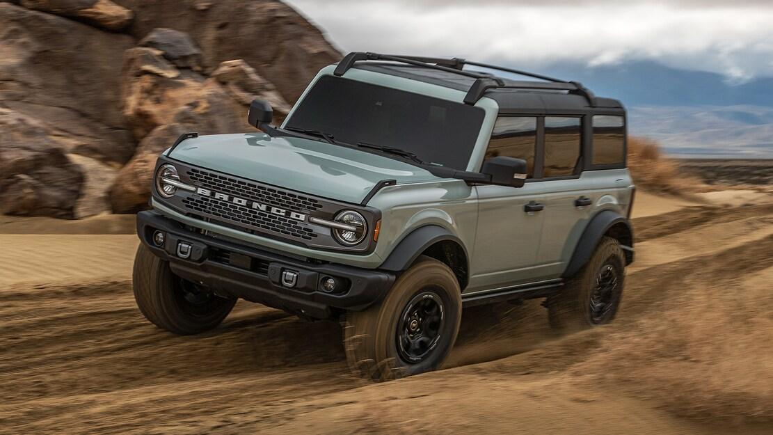 Ford Bronco cinza visto 3/4 de frente