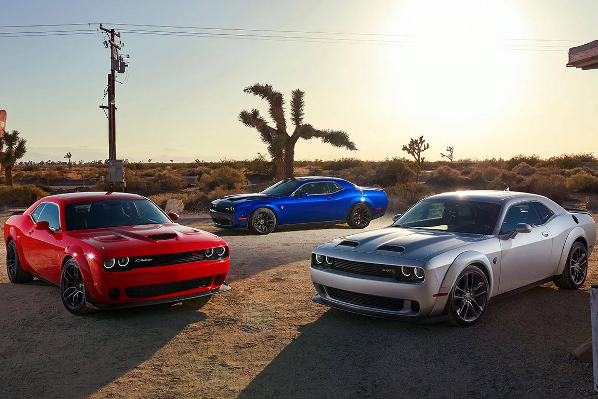 Três Dodge Challenger vistos de lado
