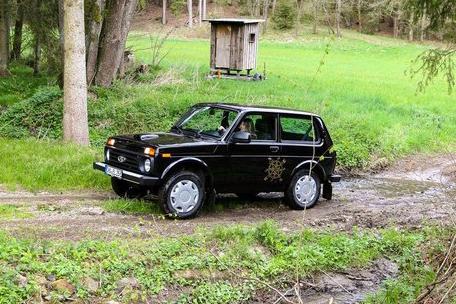 Lada Niva 4x4 preto visto 3/4 de frente