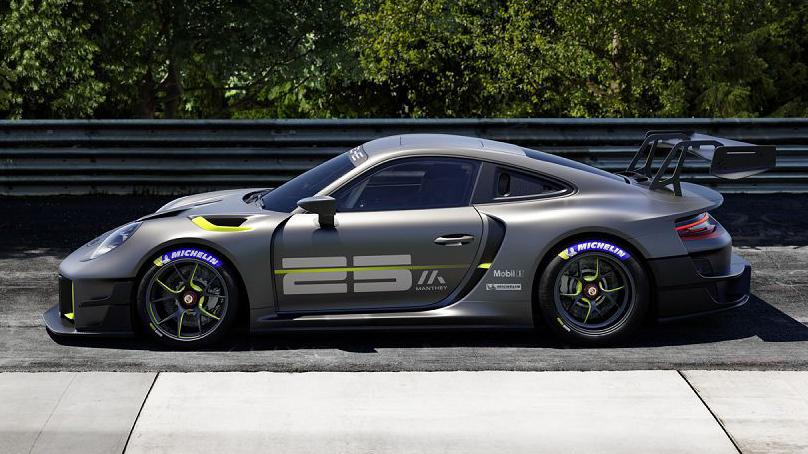 Porsche 911 GT2 RS Clubsport 25 cinza e verde visto de lado