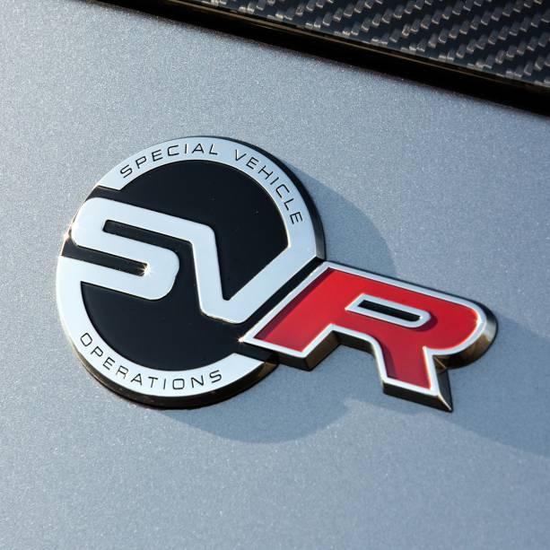 O emblema com o logo da SVO estampa diversas partes do veículo