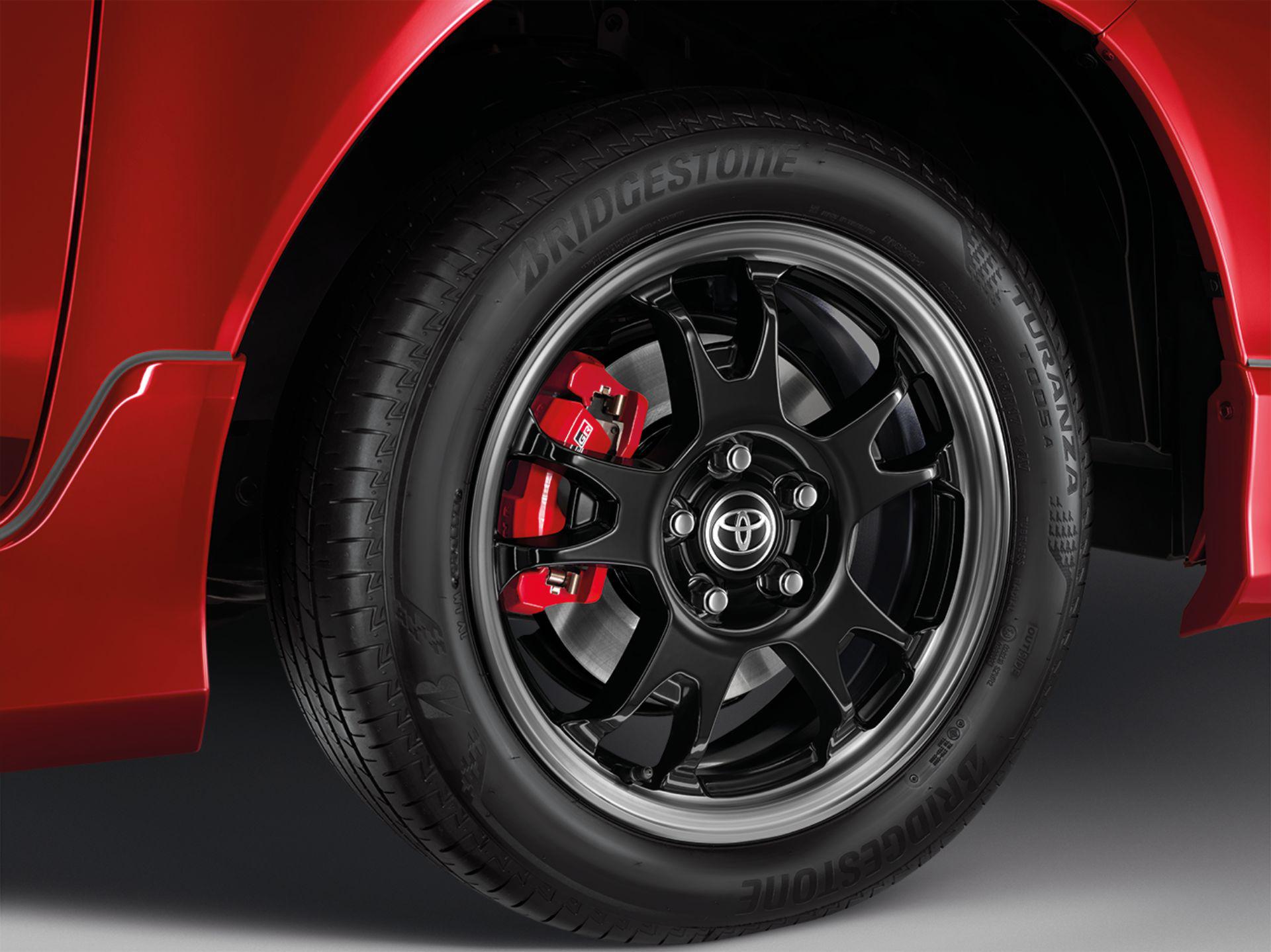 Roda da Toyota Hilux Revo GR Sport vermelha
