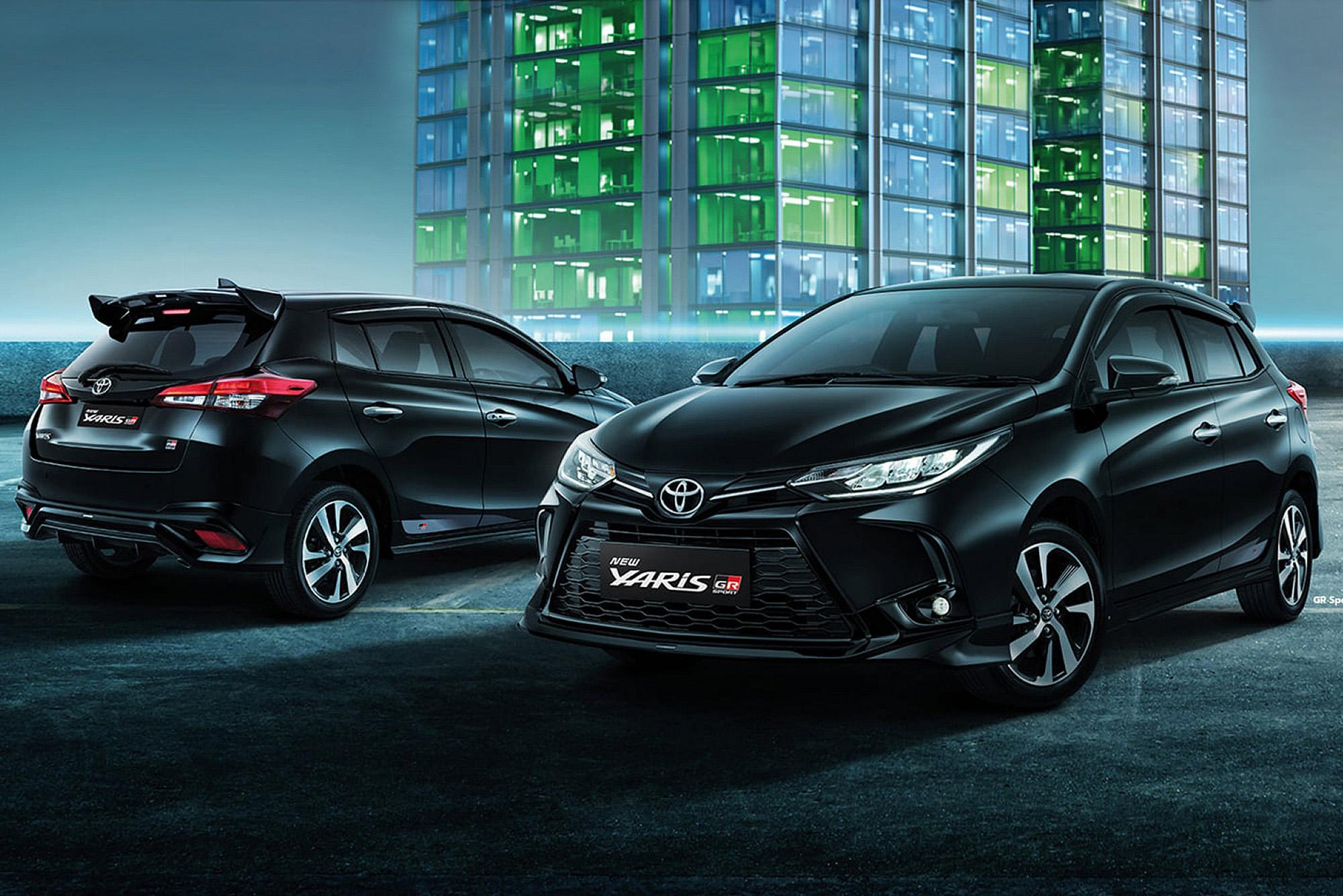Dois Toyota Yaris GR Sport pretos