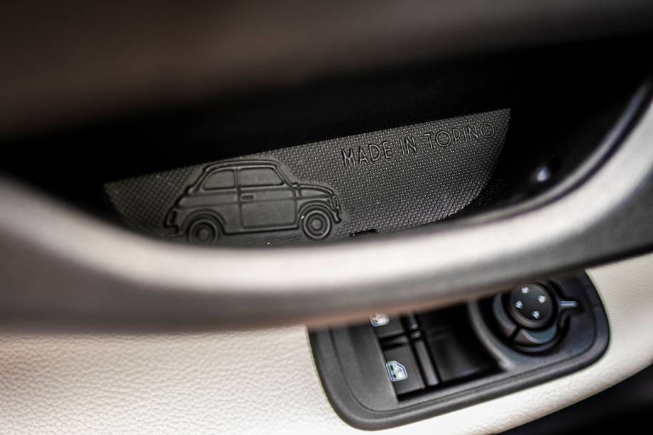 Detalhe escondido nos puxadores das portas deixa claro de onde o Fiat 500e ganha o mundo