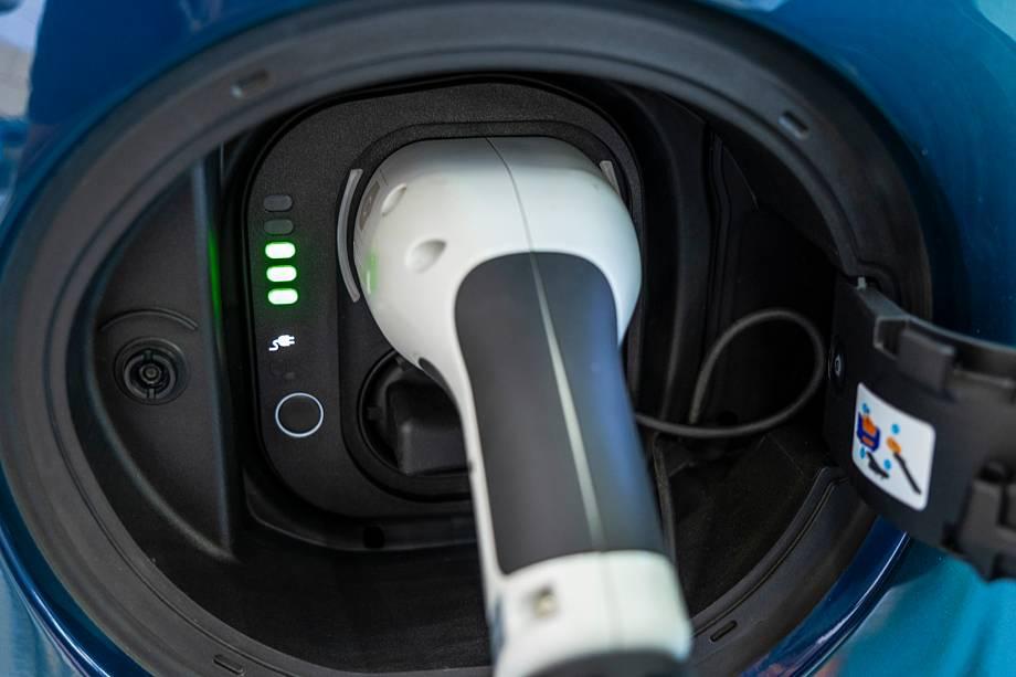Recarga pode ser feita em casa, em sistemas wallbox e carregadores rápidos; LEDs indicam o nível da carga