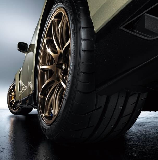 As rodas são os principais diferenciais entre as três versões. Na Track Edition ela é preta brilhante, Premium Edition ela tem acabamento em bronze e na T-Spec elas são douradas