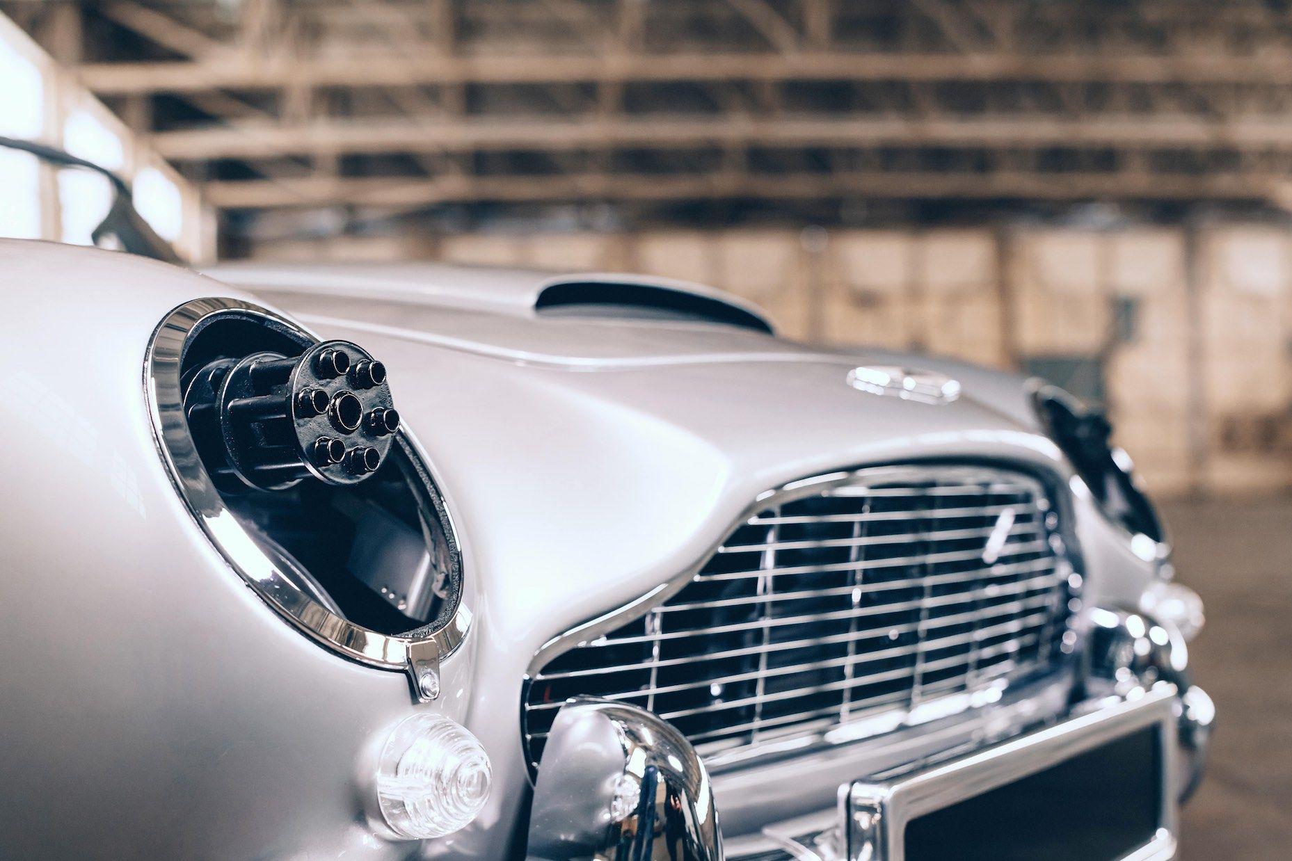 Aston Martin DB5 Junior prata visto 3/4 de frente