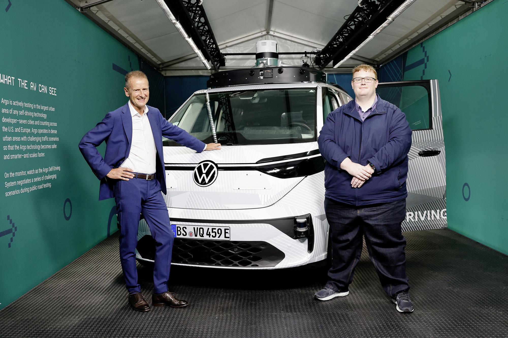 Herbert Diess (esquerda), CEO do Grupo Volkswagen e Bryan Salesky (direita), fundador da Argo AI