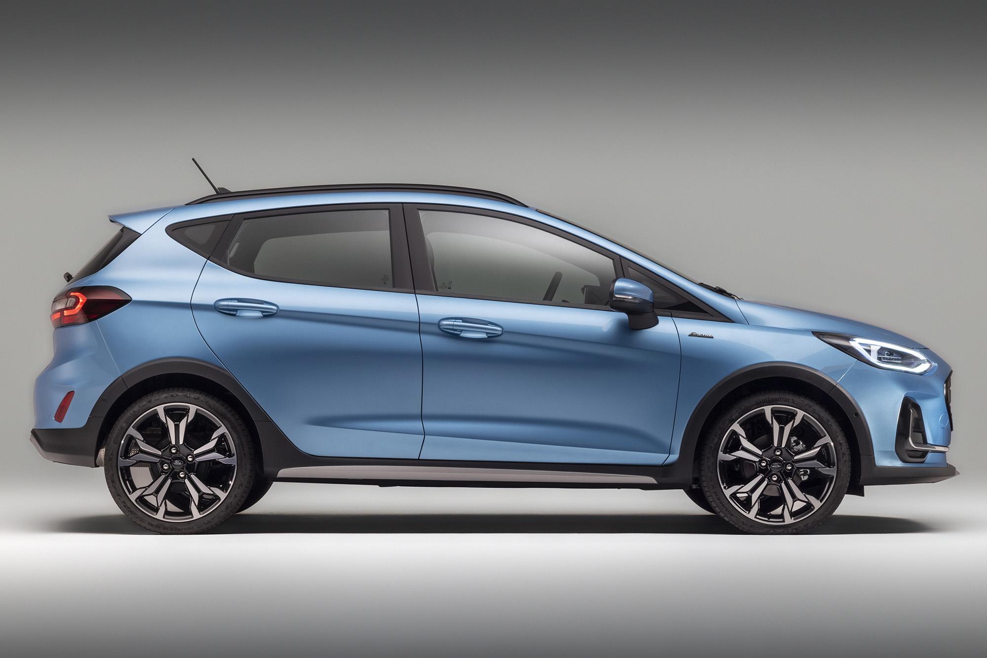 Ford Fiesta 2021 azul visto de lado