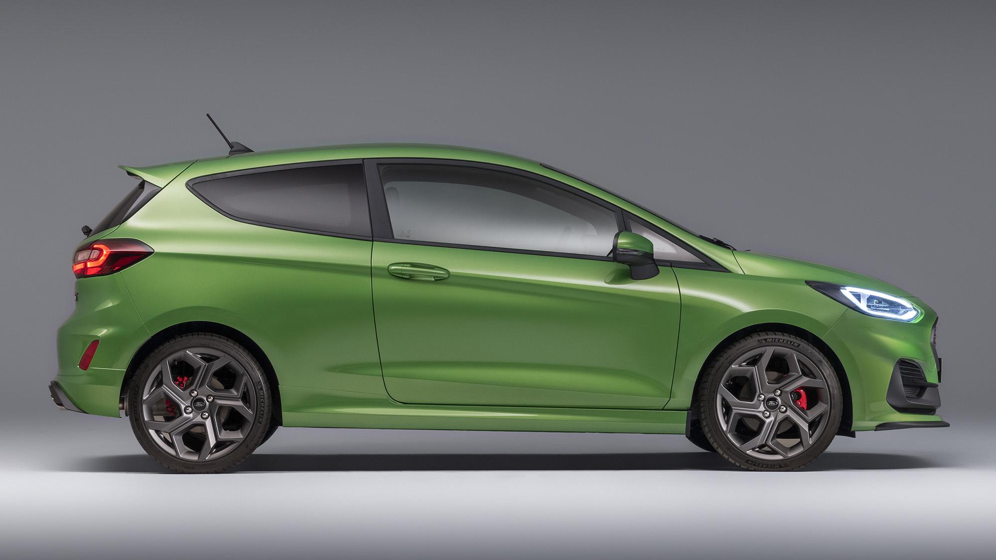 Ford Fiesta 2021 verde visto de lado