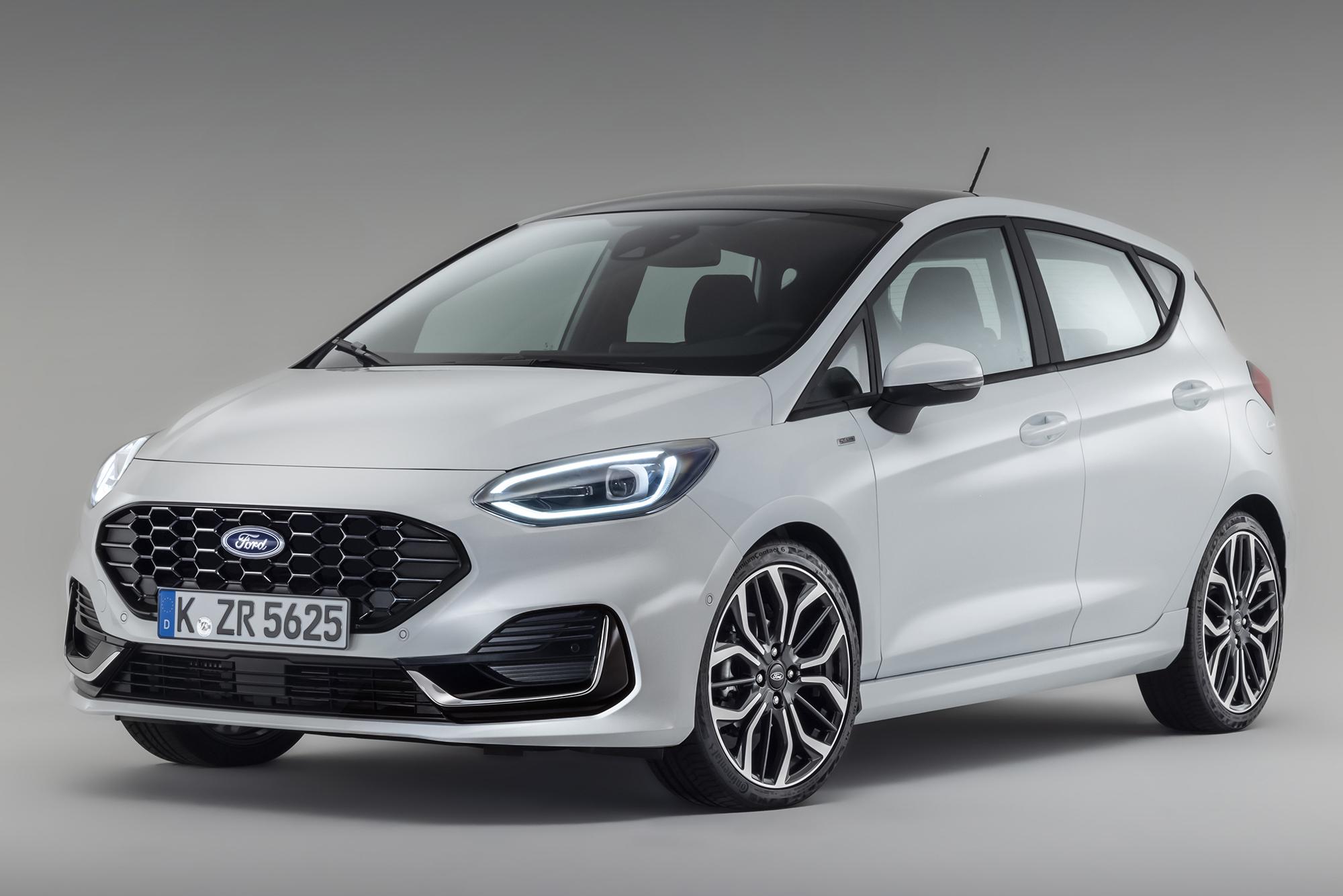 Ford Fiesta 2021 branco visto 3/4 de frente