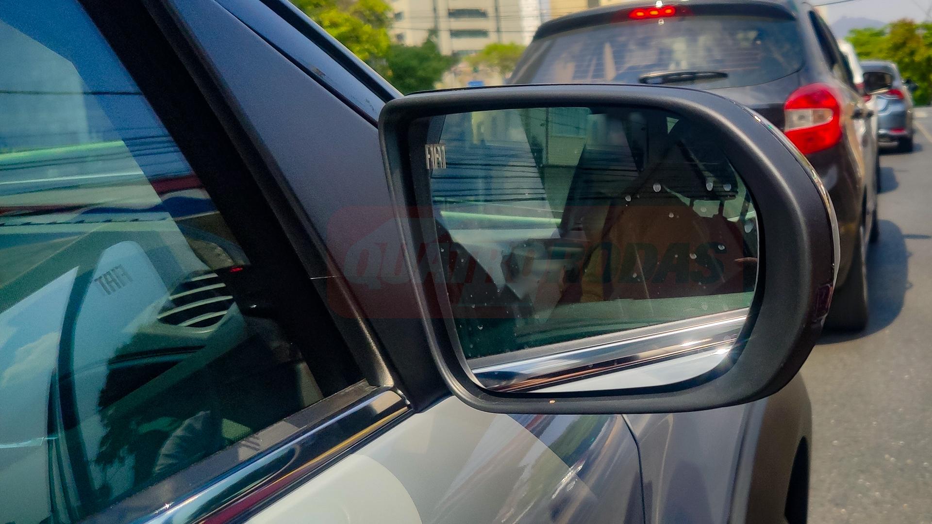 Logotipo da Fiat será iluminado para indicar veículos no ponto cego do motorista. Sensores no espelho central indicam acendimento automático dos faróis e limpadores de para-brisas