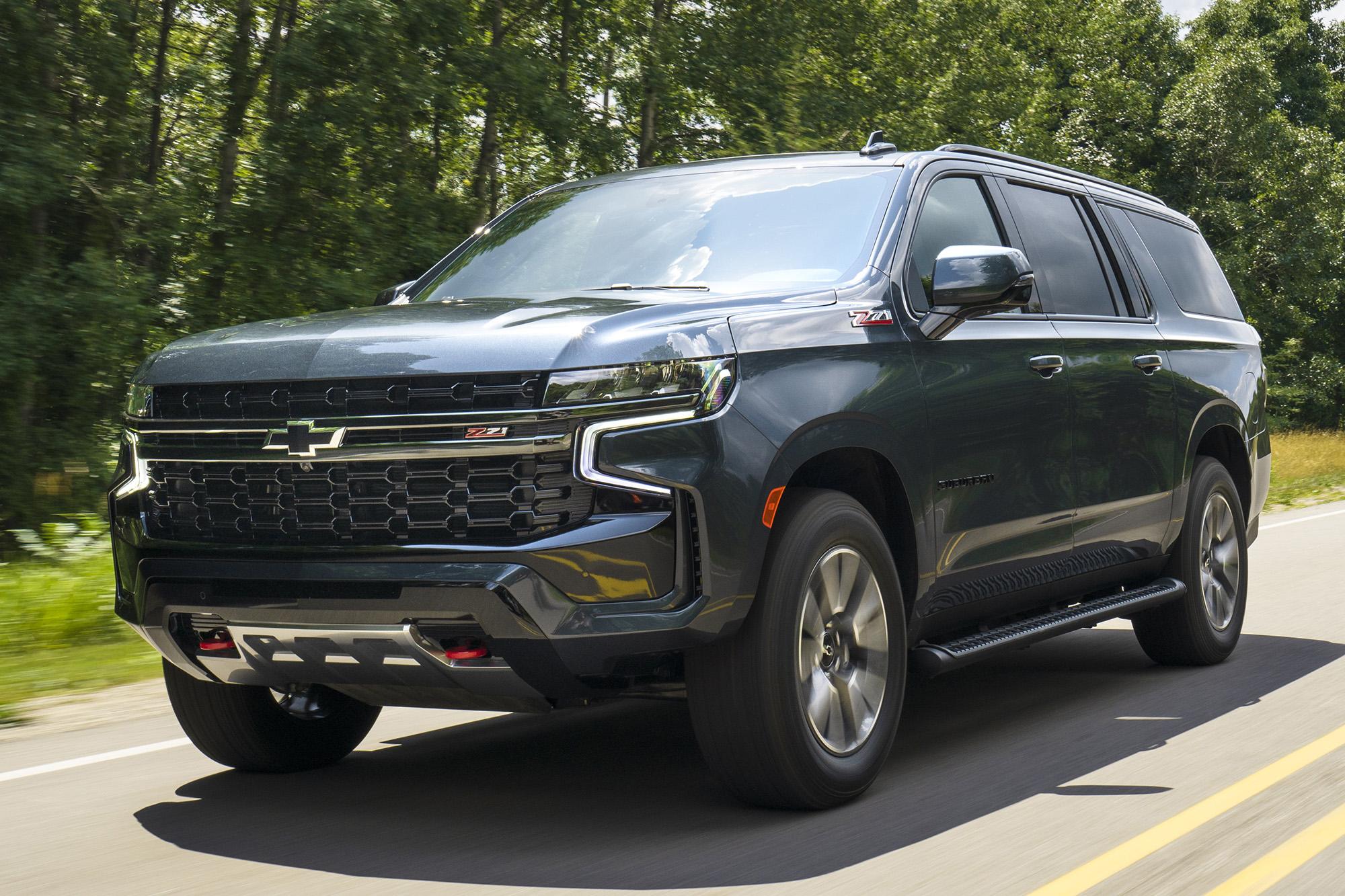 Chevrolet Suburban cinza visto 3/4 de frente