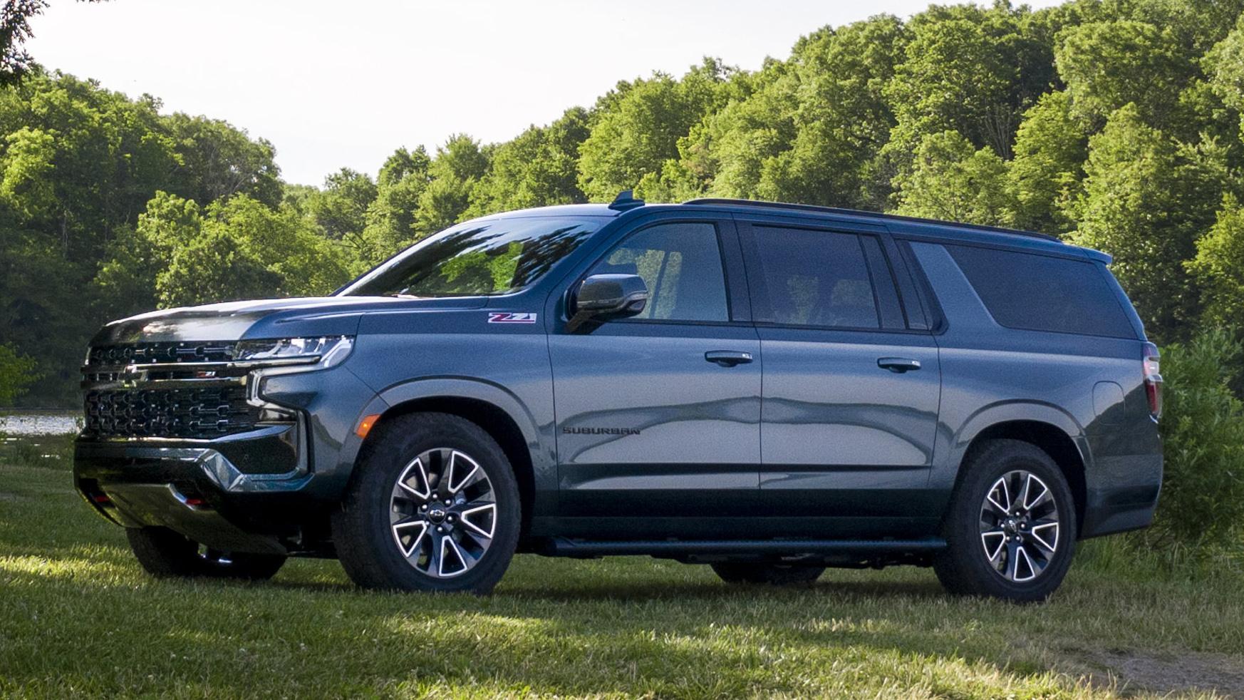 Chevrolet Suburban cinza vista de lado
