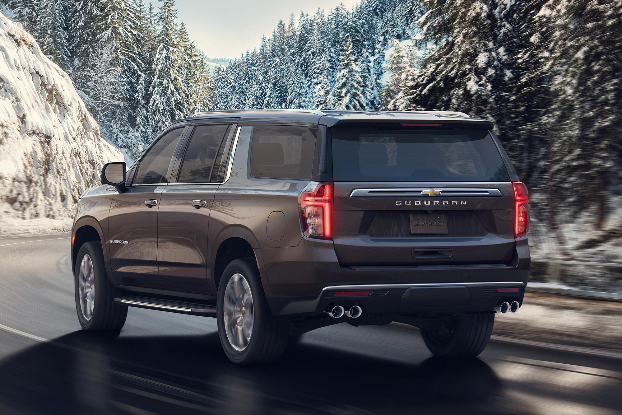 Chevrolet Suburban marrom visto 3/4 de trás