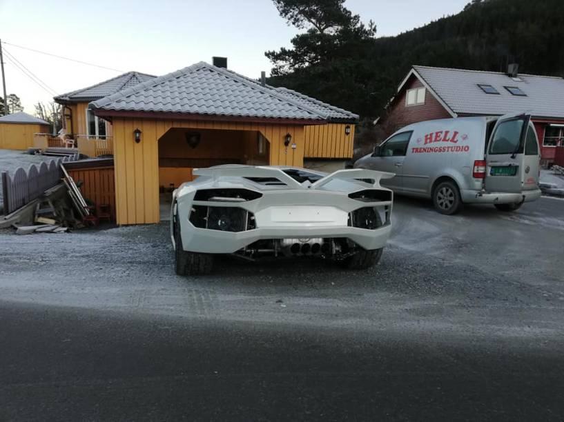 Carro parado na entrada da garagem de Steinar