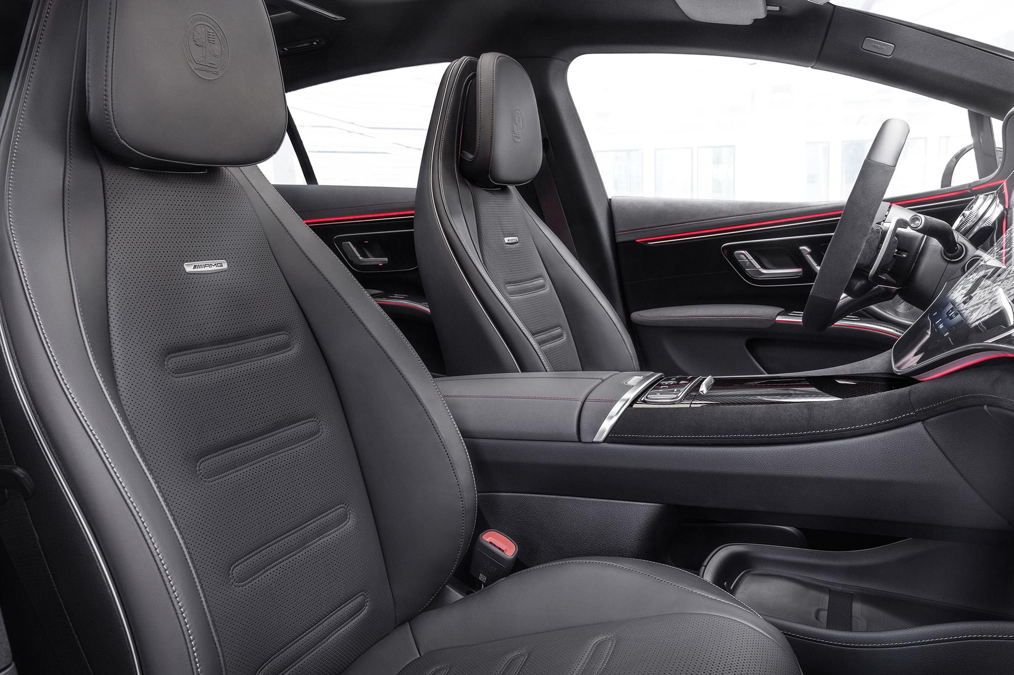Bancos do Mercedes-AMG EQS 53 4MATIC+ visto 3/4 de frente