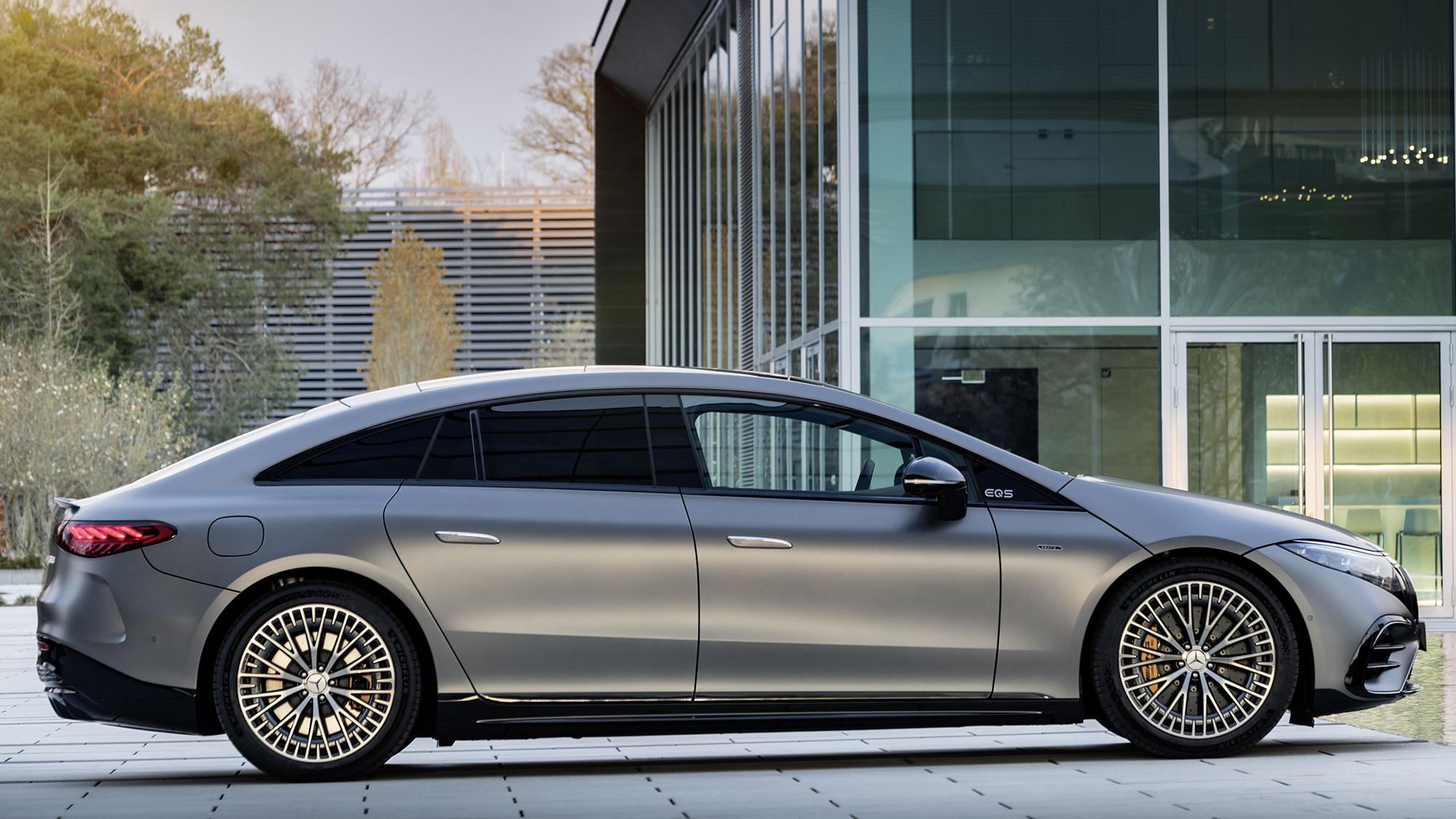 Mercedes-AMG EQS 53 4MATIC+ visto de lado