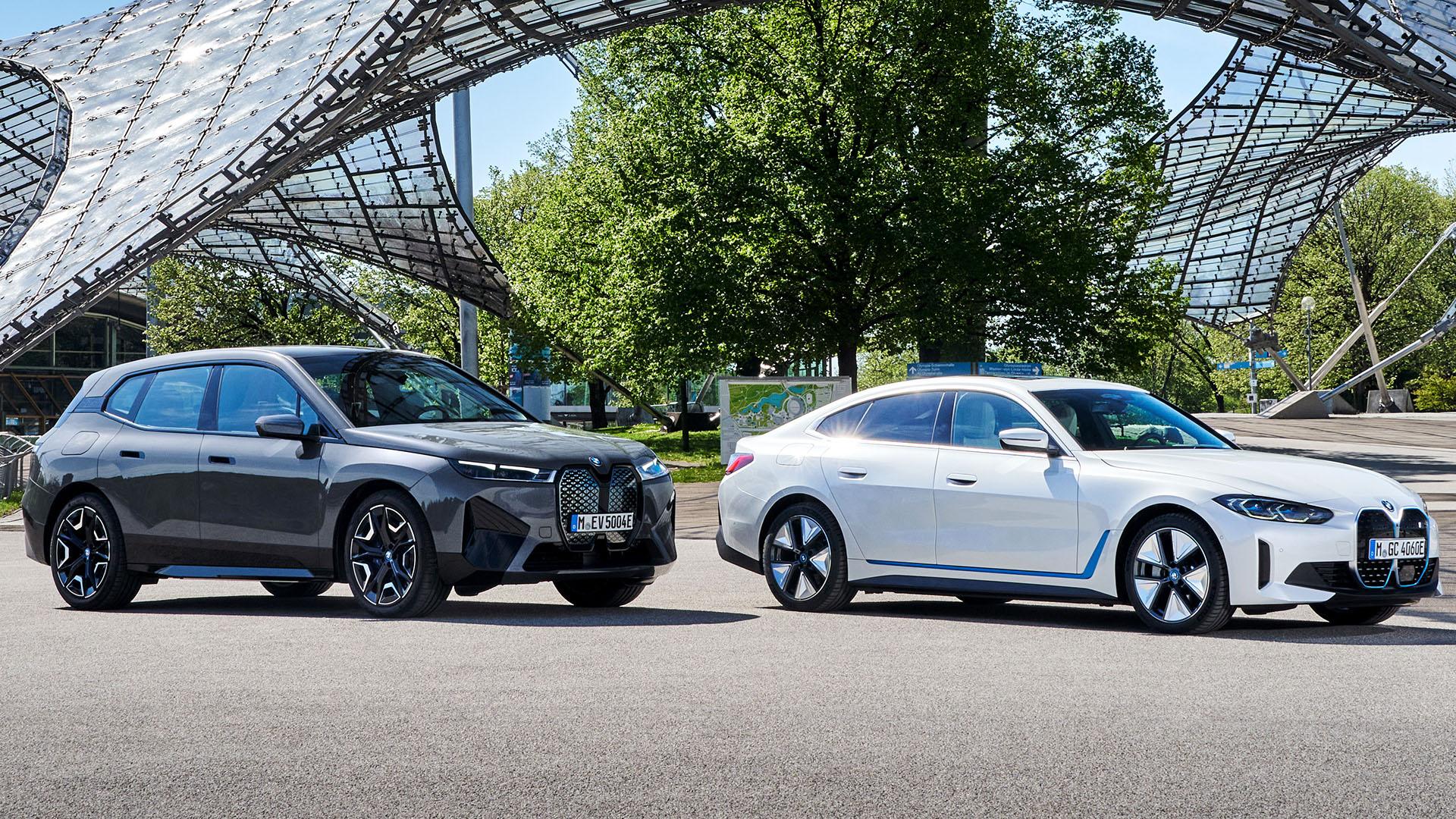 Novos BMW iX (esq.) e i4 chegarão em breve ao Brasil