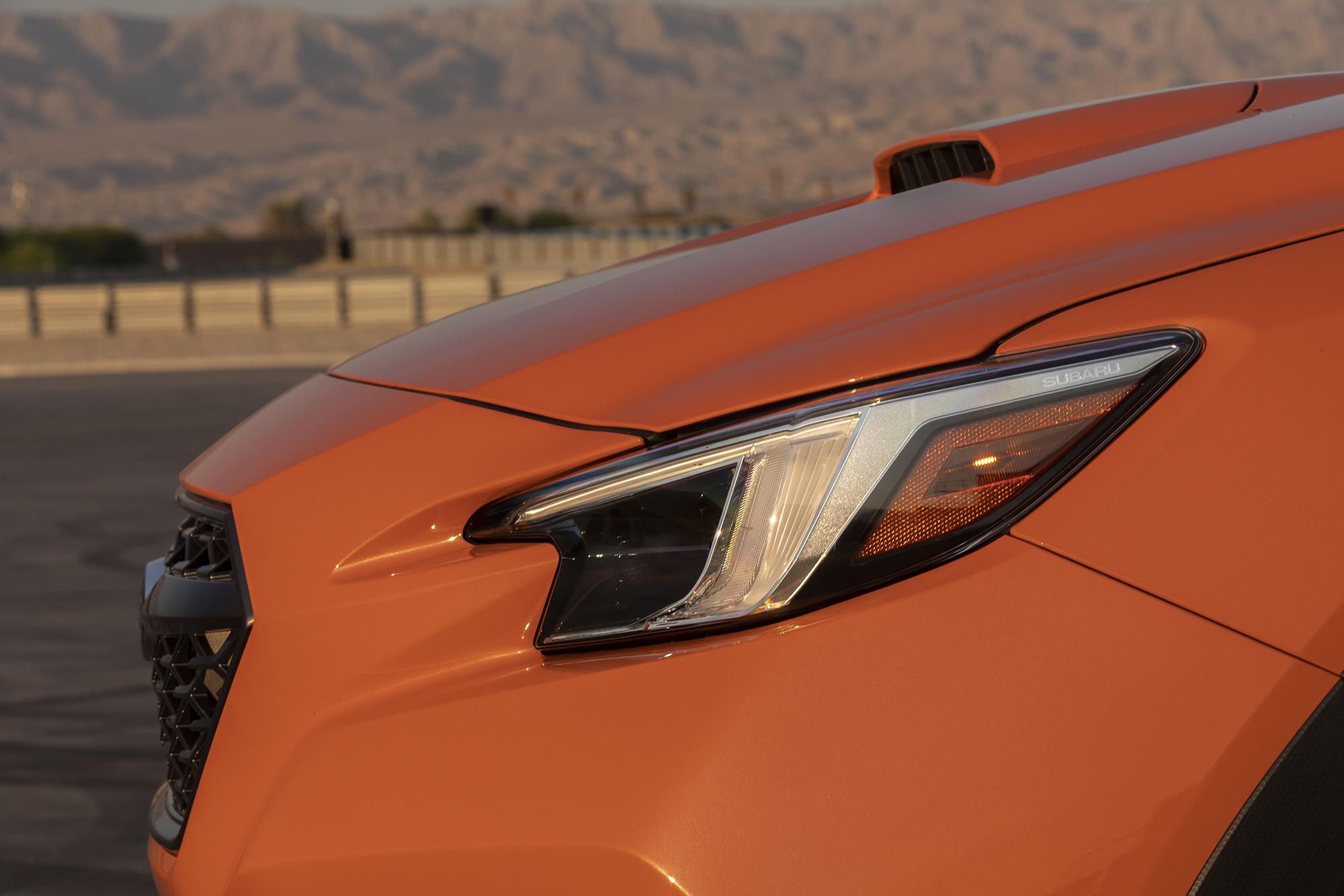 Subaru WRX 2022 laranja visto de lado