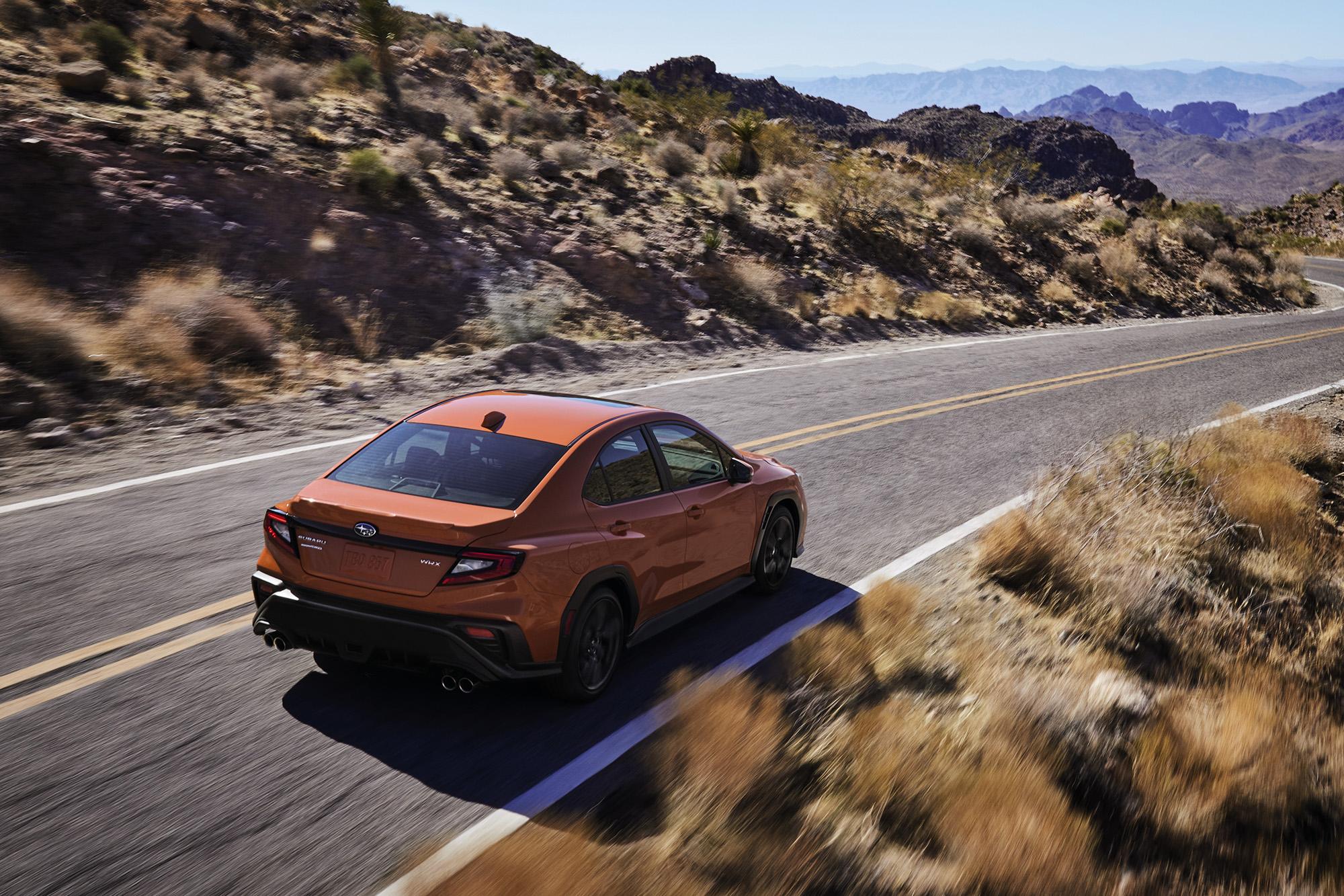 Subaru WRX 2022 laranja visto 3/4 de trás e por cima