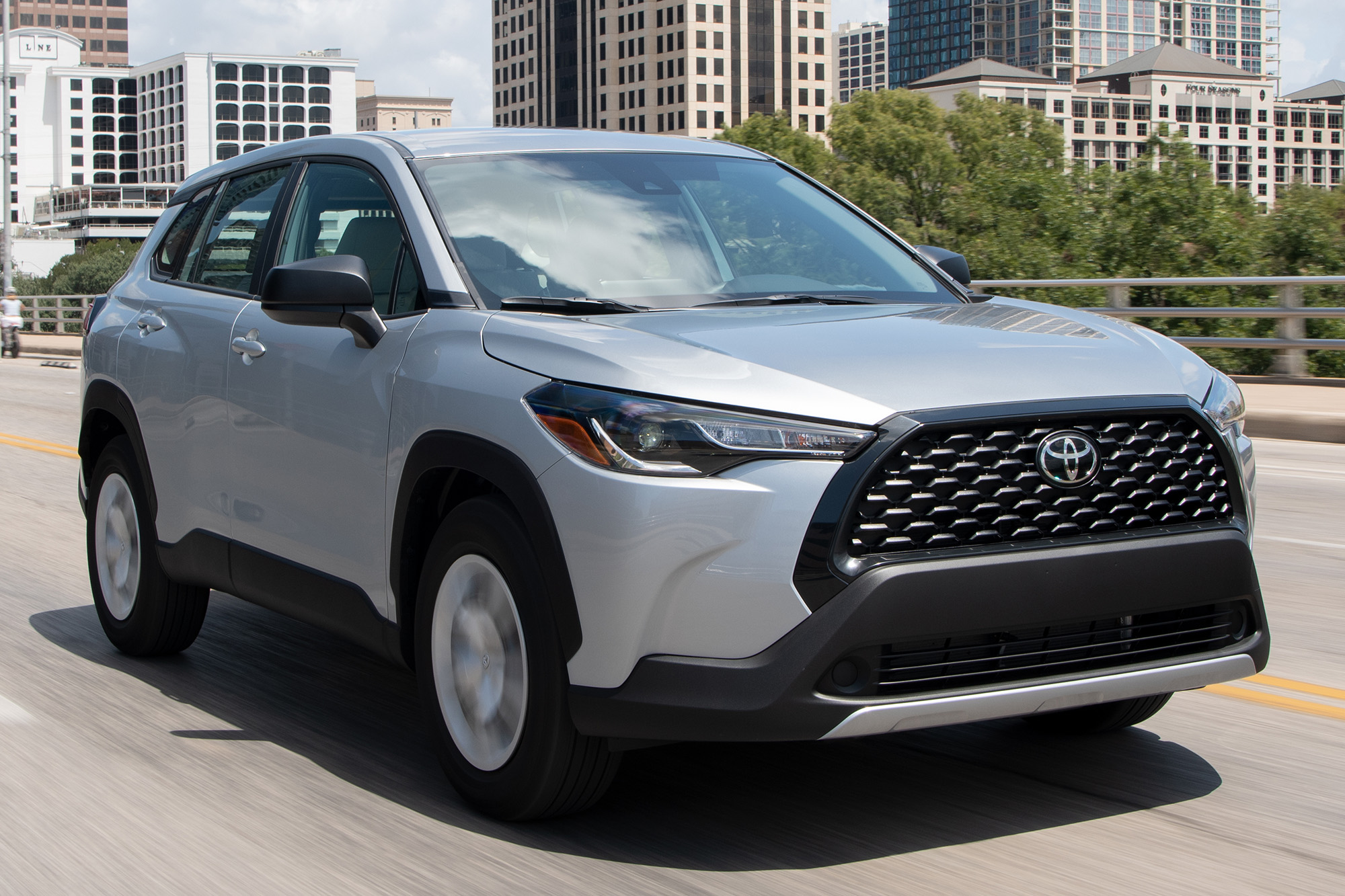 Toyota Corolla Cross 2022 cinza 3/4 de frente