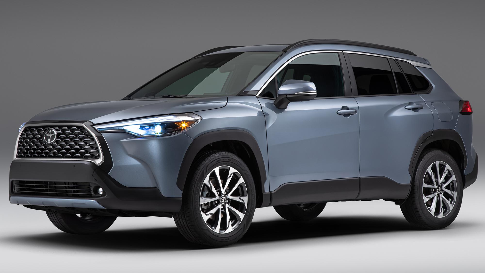 Toyota Corolla Cross 2022 cinza visto 3/4 de frente