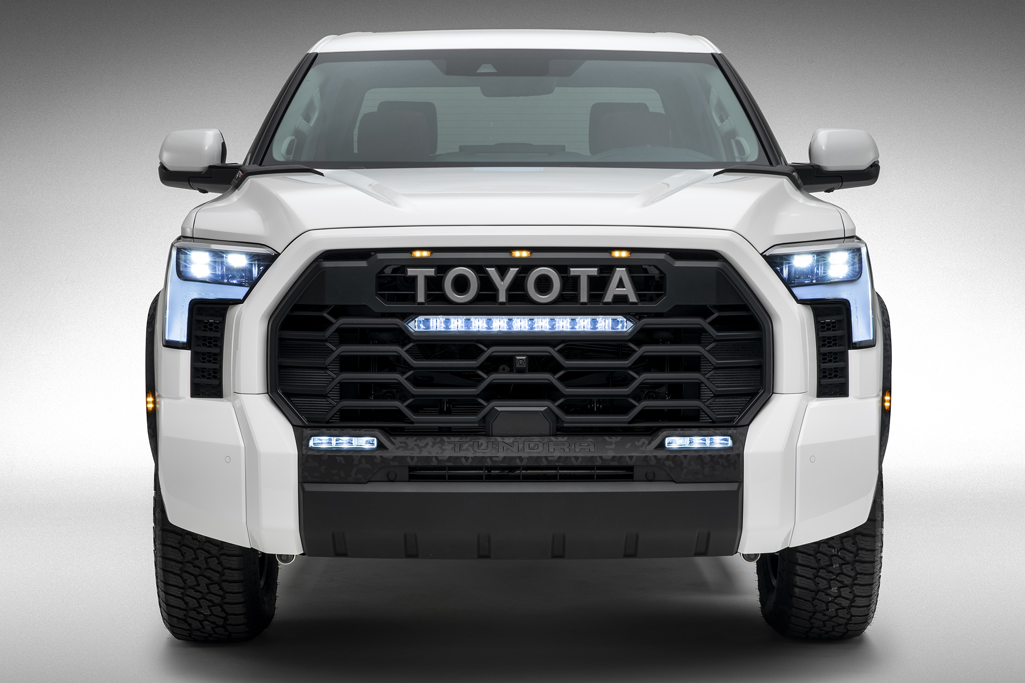 Toyota Tundra 2022 branca vista de frente