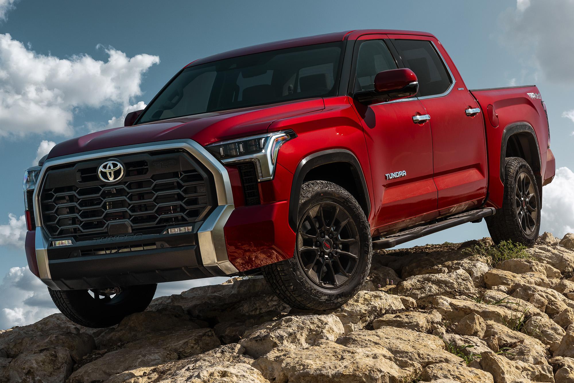 Toyota Tundra 2022 vermelha vista 3/4 de frente