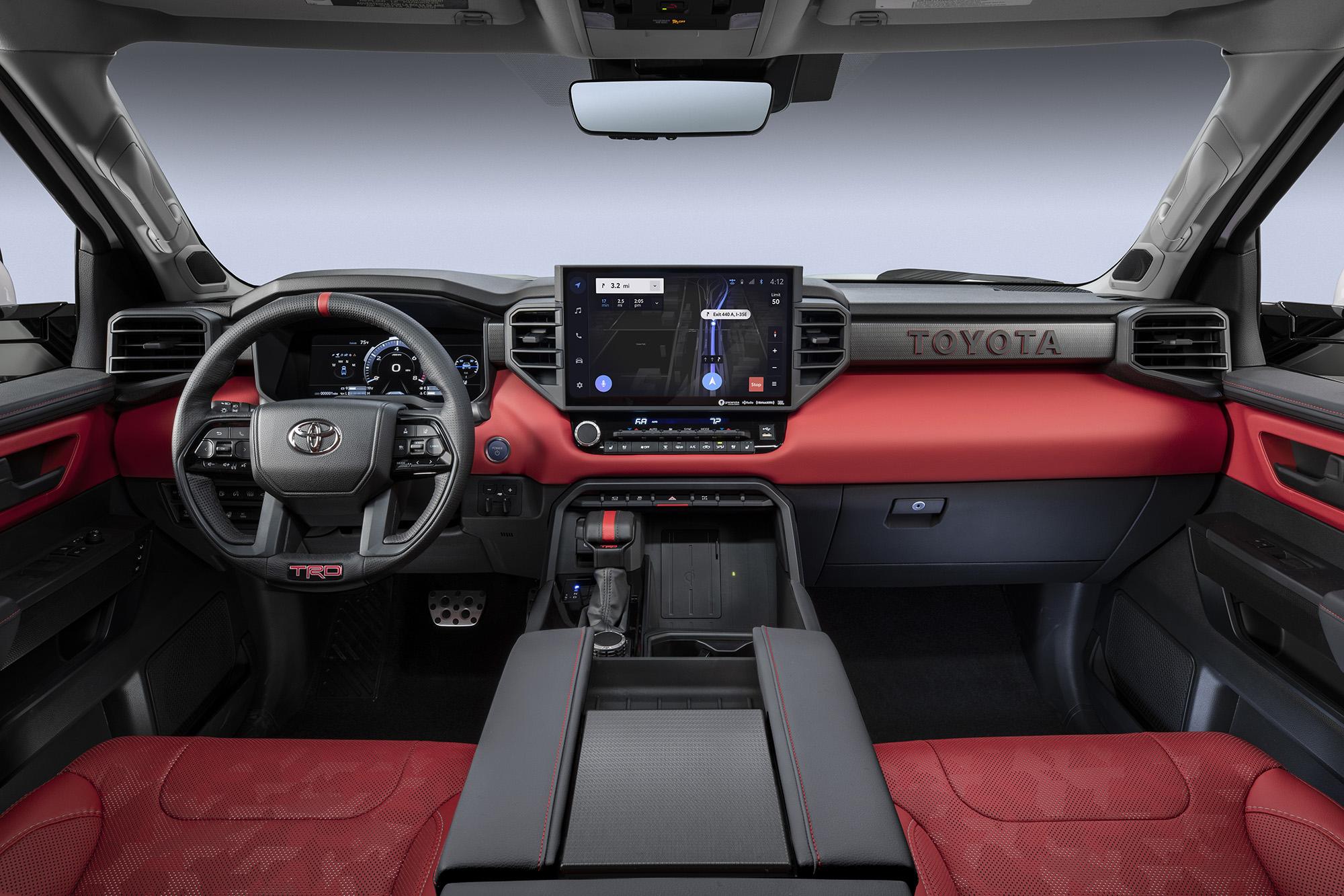 Interior da Toyota Tundra 2022 visto da primeira fileira