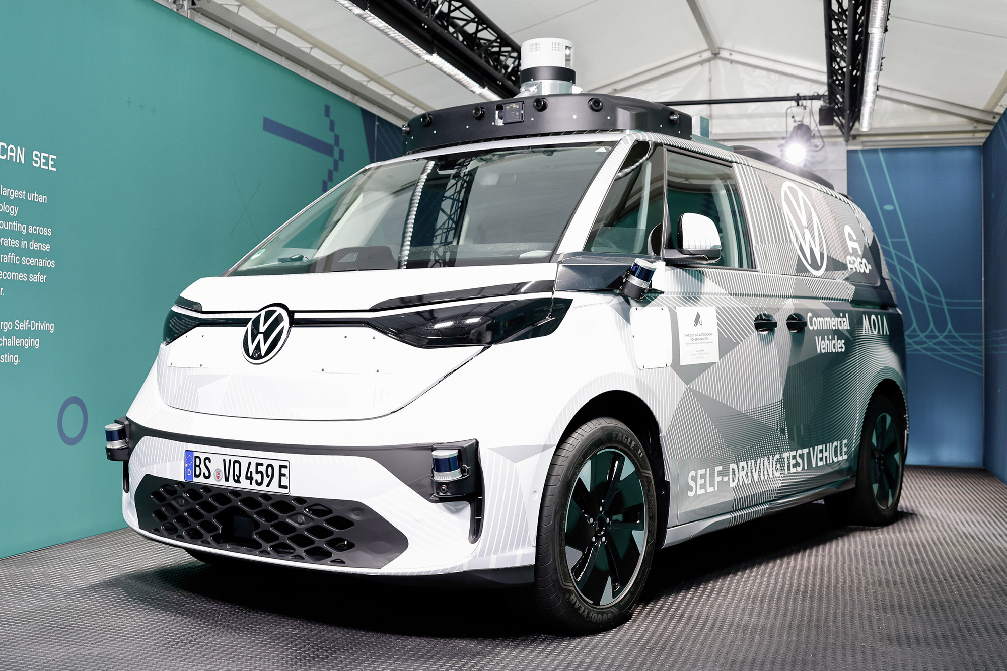 VW ID.Buzz autônoma de teste vista 3/4 de frente