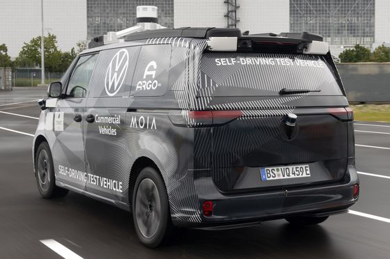 VW ID.Buzz autônoma de teste vista 3/4 de trás