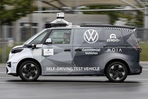 VW ID.Buzz autônoma de teste vista de lado