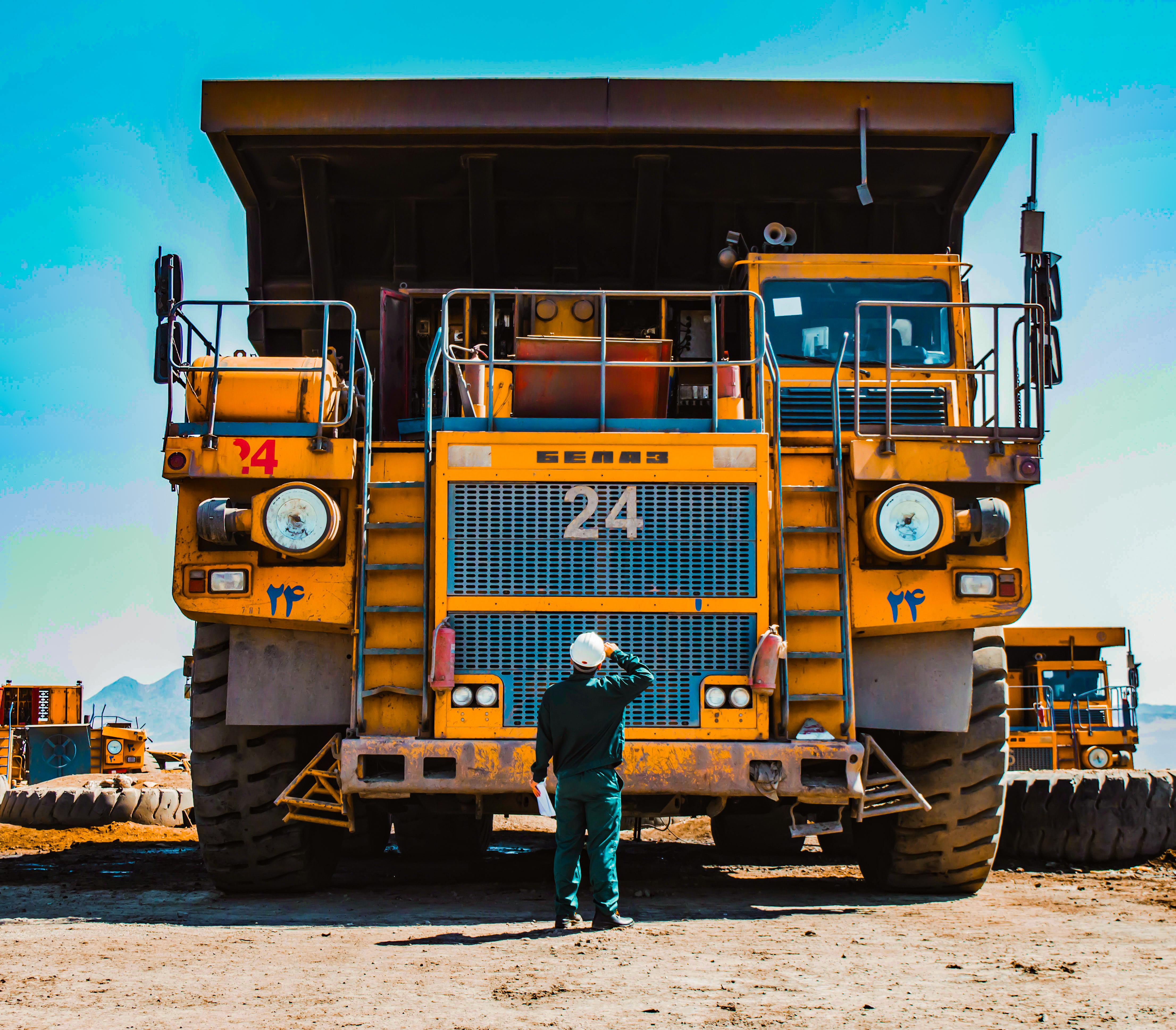 Caminhões de minas têm peso operacional máximo que por vezes supera aviões como Boeing 747-8 e Airbus A380