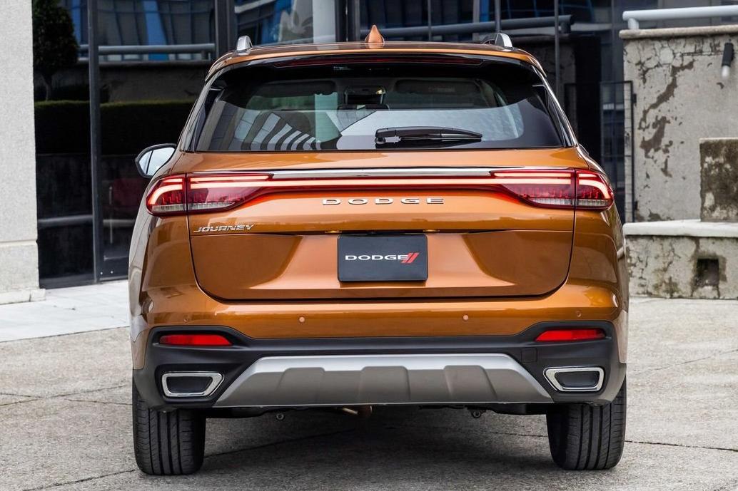 Dodge Journey 2022 cobre visto por trás