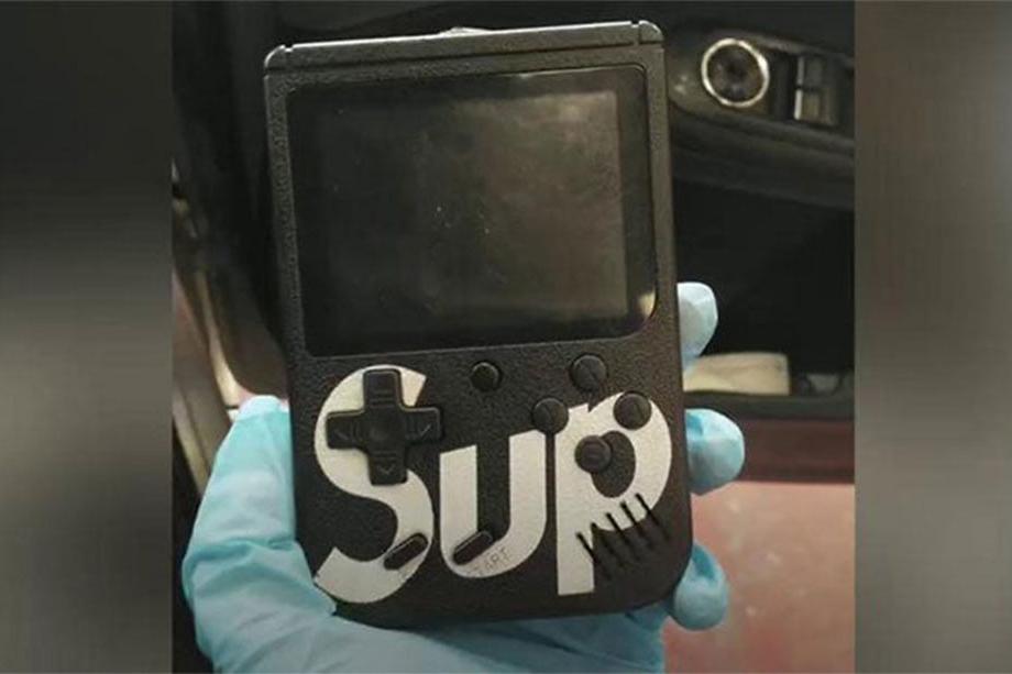 Dispositivo disfarçado de GameBoy preto