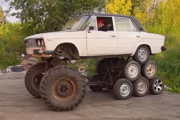 Lada Riva com 14 rodas visto 3/4 de frente