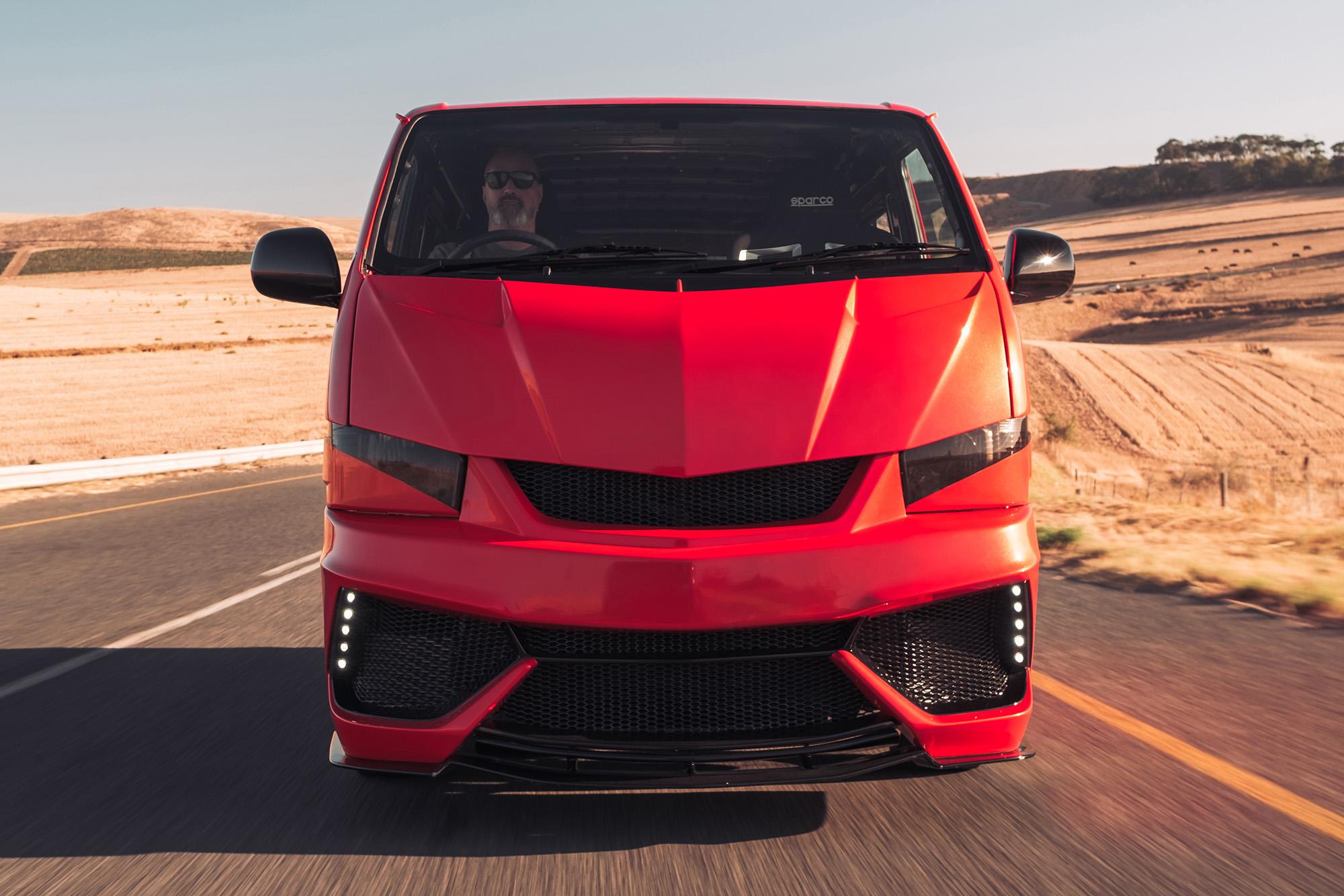 Esse Aventador parece diference? Calma, é só um Toyota HiAce com motor V12