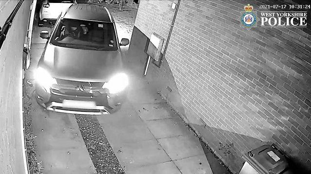 Os três assaltantes roubaram cinco unidades do SUV no Reino Unido